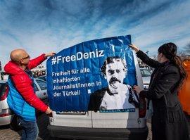 El cónsul alemán visita al periodista Deniz Yucel en la prisión de Estambul