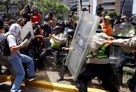 Las fuerzas de seguridad venezolanas reprimen una concentración opositora en Caracas