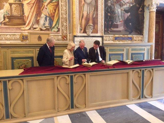 Carlos de Inglaterra y su esposa Camila en el Vaticano