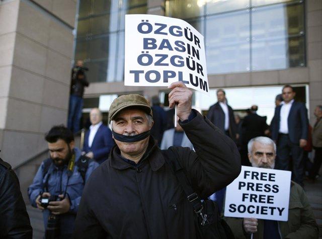 Manifestación de apoyo al director del diario 'Cumhuriyet'