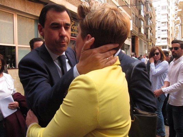 Fernando Martínez-Maillo saludando a la consejera portavoz, Noelia Arroyo