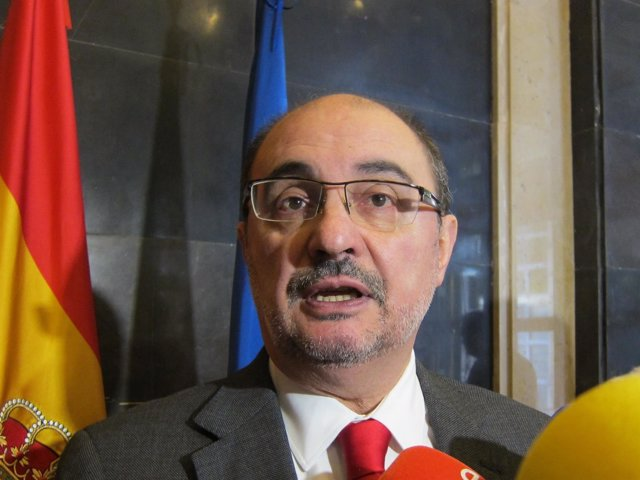 El presidente de Aragón, Javier Lambán, atendiendo hoy a los medios en Zaragoza