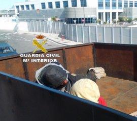 Interceptados en Algeciras tres inmigrantes, uno menor, ocultos en el techo de un remolque