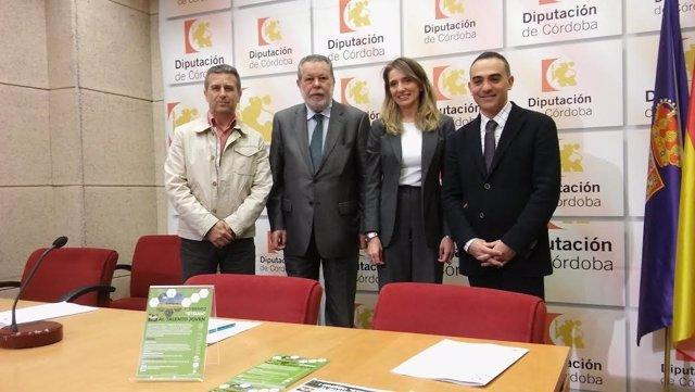 Blanco (centro) y Sánchez (izda.), durante la presentación del premio