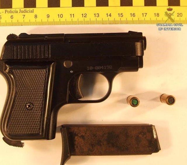 Arma de fogueo incautada a un varón tras robar en un supermercado en Ayamonte.