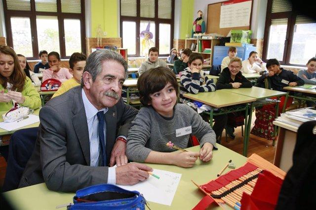 Revilla visita el Colegio Rural Agrupado Peñacabarga
