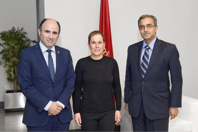 Manu Ayerdi, la presidenta Barkos y el embajador.