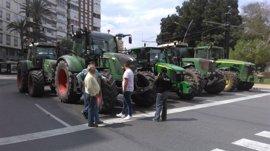 Cientos de camiones y tractores bloquean el tráfico en el centro de Murcia en defensa del Mar Menor