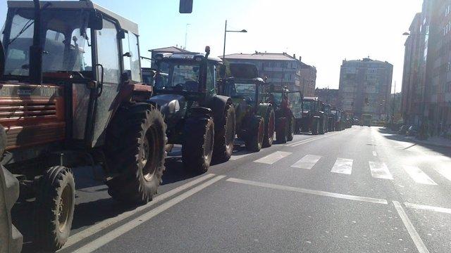 Tractorada bloque la calle de O Hórreo