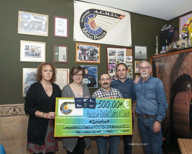 Entrega del cheque de Moto Pincia a la AECC
