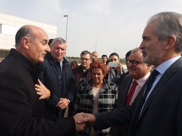 El alcalde de Lepe, Juan Manuel González, y consejero de Salud, Aquilino Alonso.