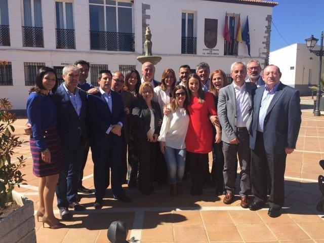 Susana Díaz y Antonio Ruiz (centro) con la mesa del PSOE en el Guadiato