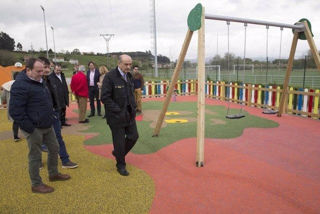 Mazón en el nuevo parque infantil