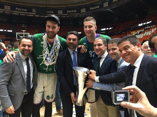 Las autoridades posan con la copa de campeón de la Eurocup de Unicaja