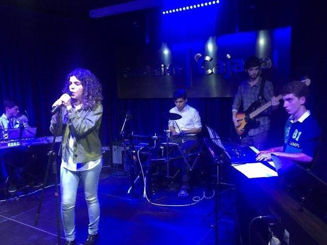 Actuación de un grupo en la Fundación Cajasol de Huelva.
