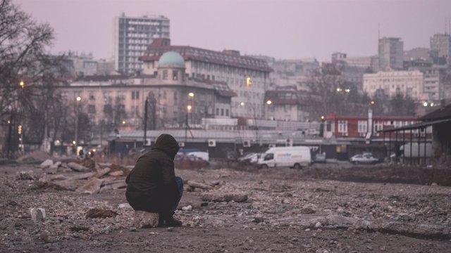 Refugiado cerca de la principal estación de Belgrado