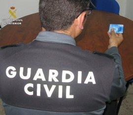 Dos detenidos acusados robar una tarjeta de crédito, sacar 6.900 euros y realizar compras por 2.000
