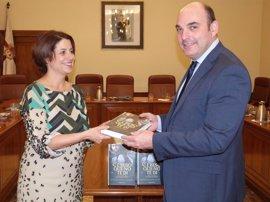 El Ayuntamiento de Teruel dona un lote de ejemplares de la novela 'El beso que no di', de Magdalena Lasala