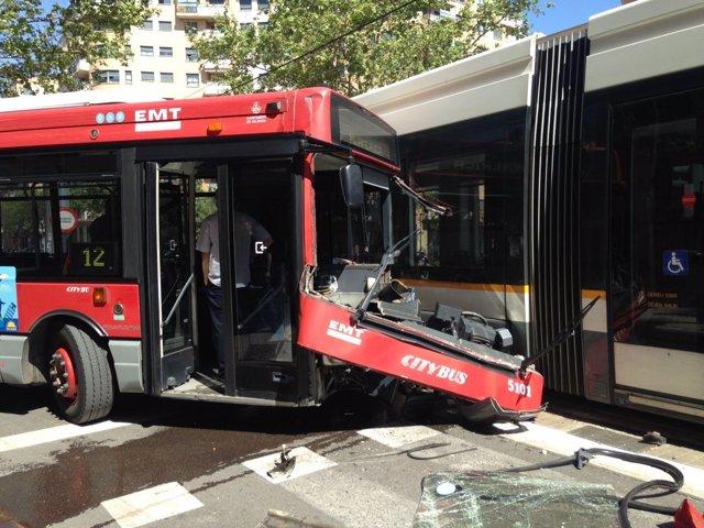 Accidente sin heridos entre un autobús de la EMT y un tranvía