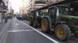 Los agricultores acuerdan una reunión con el Gobierno central, pero los tractores seguirán en el centro de Murcia