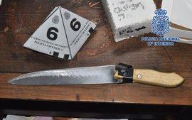 Detenidos 4 hermanos por atracar dos locales de Patiño amenazando con degollar a todos con cuchillo y hacha