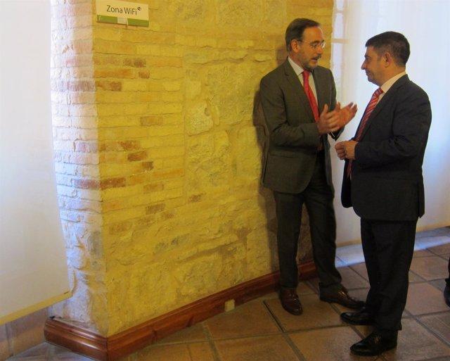Felipe López (i) conversa con Francisco Reyes.