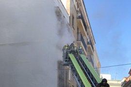 Sucesos.- Bomberos extinguen un incendio en un edificio deshabitado del centro de Sevilla