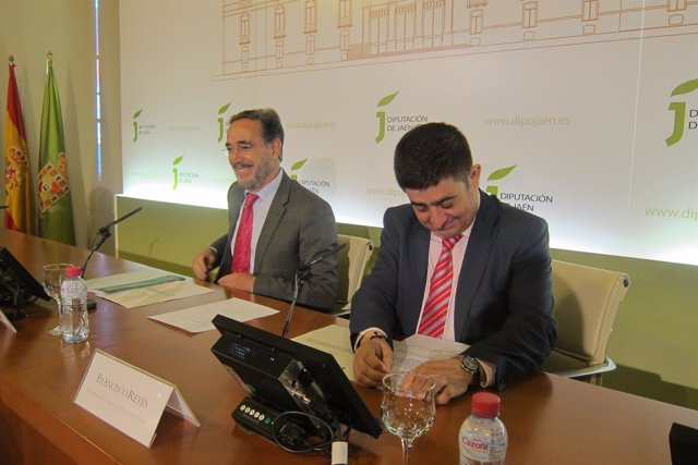Felipe López y Francisco Reyes firman el convenio sobre los planes de vivienda.