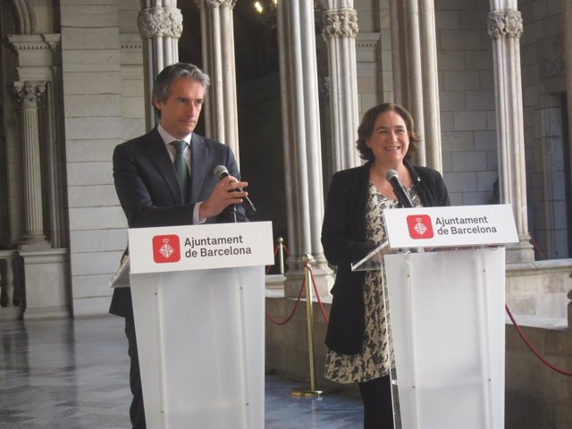 La alcaldesa de Barcelona, Ada Colau, y el ministro Íñigo de la Serna