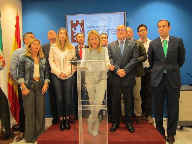 La alcaldesa de Cáceres arropada por su equipo de Gobierno