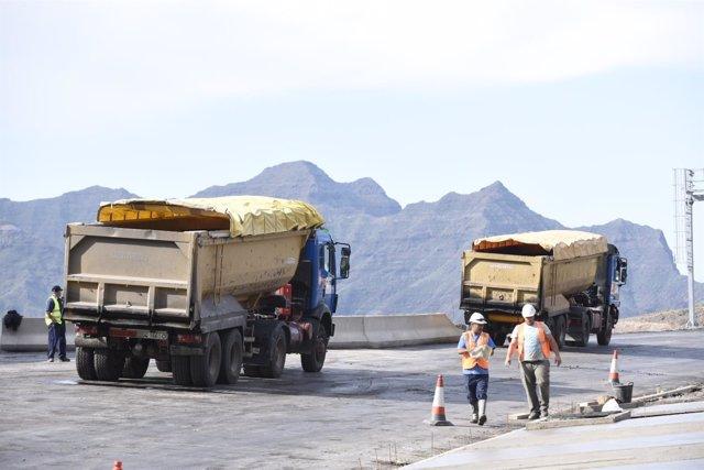 Trabajos de asfaltado en la carretera de La Aldea