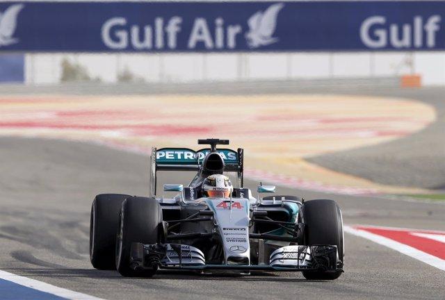 Lewis Hamilton pilotando su coche en Baréin.