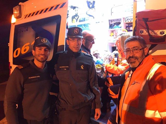 Agentes de la Guardia Civil tras nacer un bebé en la frontera de Ceuta