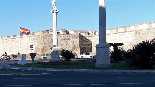 Bandera republicana en las Puertas de Tierra en Cádiz