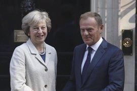 """Tusk y May se comprometen a rebajar la tensión pese a asuntos """"inevitablemente difíciles"""" como Gibraltar"""