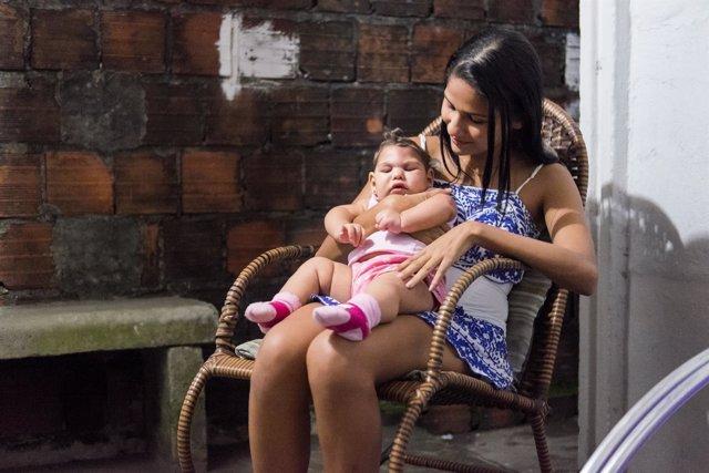 Mujer con niña con zika