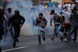 Policías y manifestantes se enfrentan en la marcha opositora por Caracas