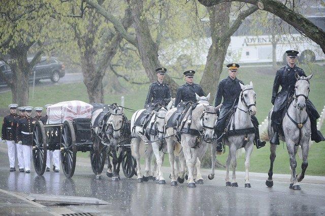 Miembros de la Infantería de Marina trasladando el ataúd de John Gle