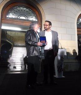 Juli Fernández entrega a Isabel Casals la Medalla al Mérito Ciudadano