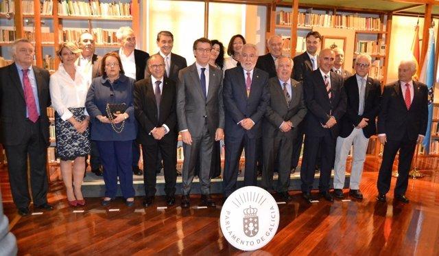 El Parlamento homenajea a la 'Comisión dos 16'
