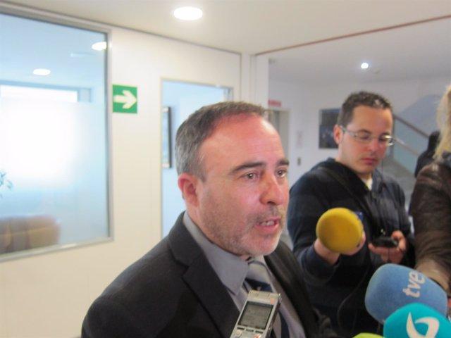 Francisco Martín atendiendo a los medios