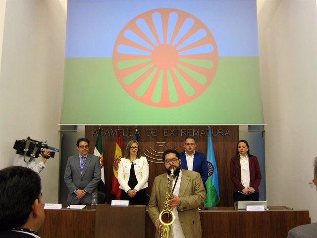 Interpretación del hinmo del pueblo gitano en la Asamblea de Extremadura