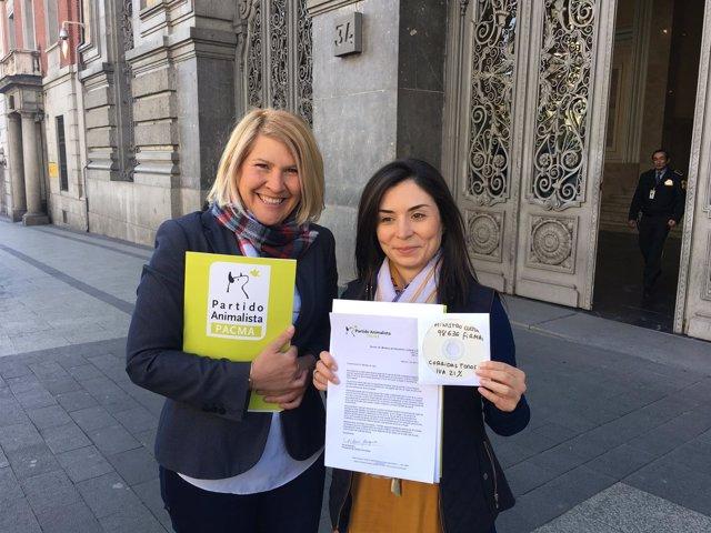 La presidenta y la portavoz de PACMA entregan firmas en Cultura