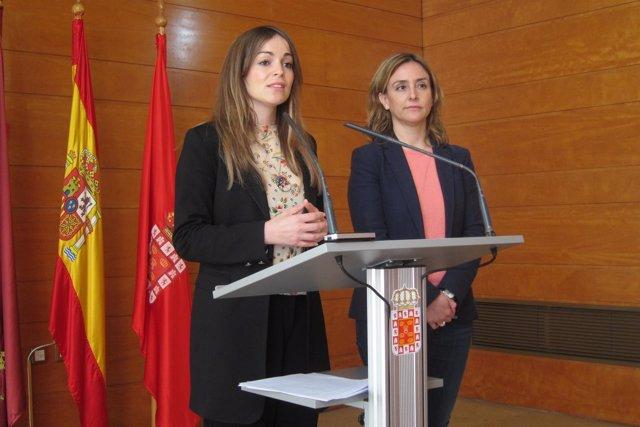 Rebeca Pérez junto a Conchita Ruiz en rueda Junta