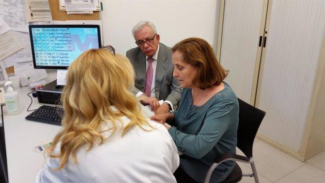 Sánchez Martos visita el Centro de Salud Las Calesas el Día Mundial de la Salud