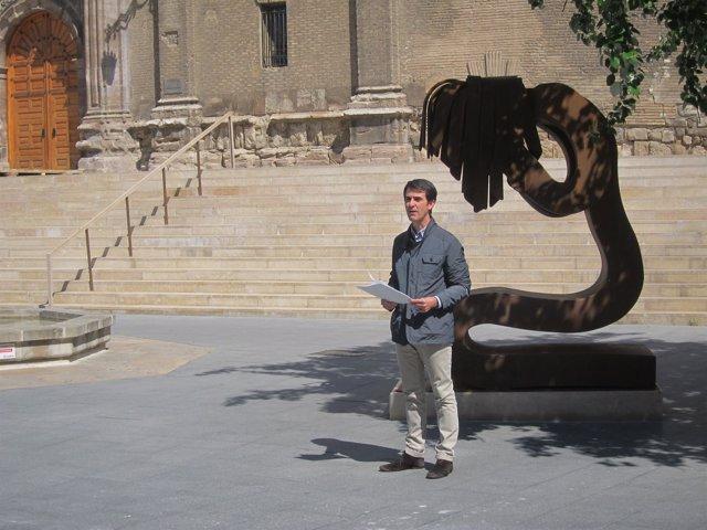 El concejal del PP, PEddro Navarro,  frente a la escultura 'Victima'