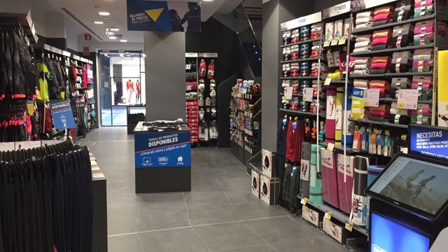 Interior de la tienda Decathlon City de Vitoria