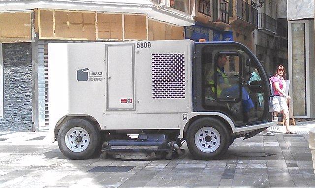 Camión de Limasa para quitar la cera de Semana Santa centro Málaga