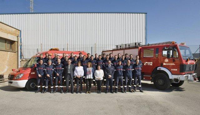 Los treinta bomberos junto a representantes del Gobierno.