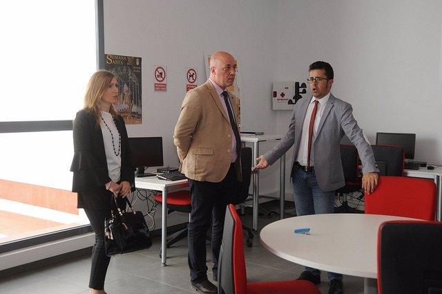 Antonio Ruiz (centro) durante su visita a Encinas Reales